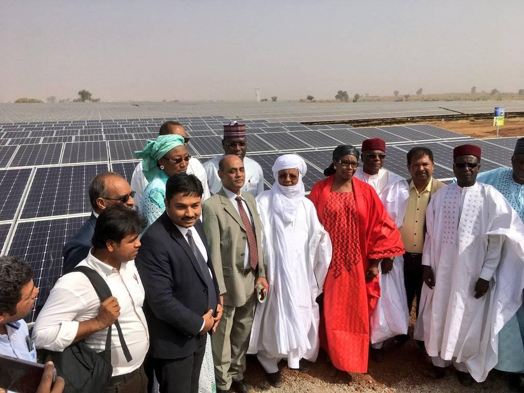 尼日尔总理Brigi Rafini和能源部长Amina Moumouni为该国第一座太阳能发电厂揭幕