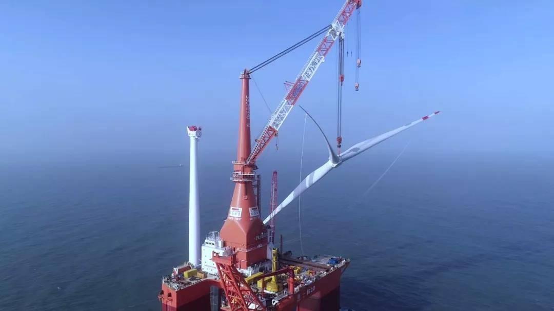 广东省首个海上大兆瓦风电项目首台机组吊装