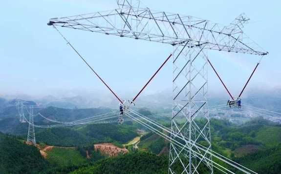 近日青海—河南±800千伏特高压直流工程陕西段进行首基基础浇制