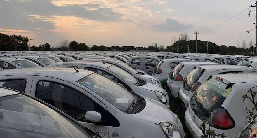大量新能源汽车闲置江边,背后是否涉及骗补?