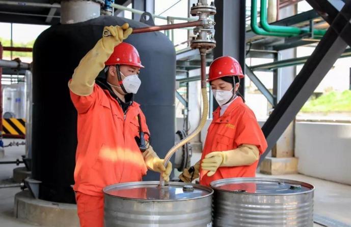 """国内首批液体有机储氢材料——""""储油""""在湖北宜都实现量产"""