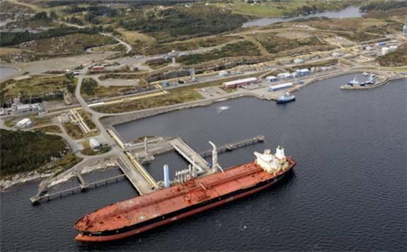 美国警告香港:一艘满载伊朗石油的油轮可能寻求停靠
