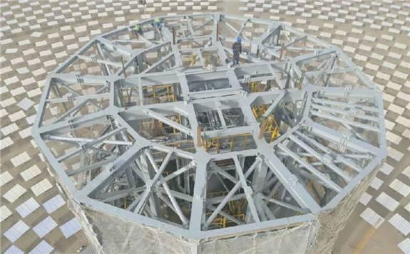 鲁能海西州塔式光热示范项目主体吊装完成