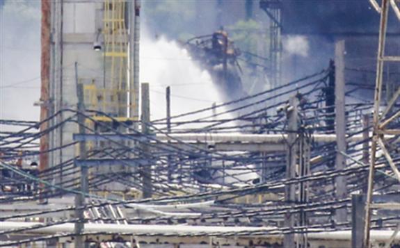 美国费城最大炼油厂21日凌晨发生大规模爆炸并引起火灾,现火势已得控制
