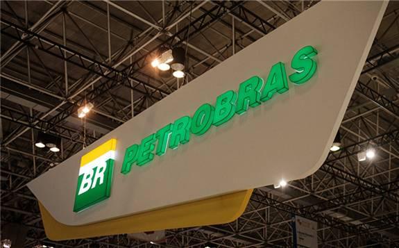 巴西国家石油公司为停岸近20天的两艘伊朗货船供油