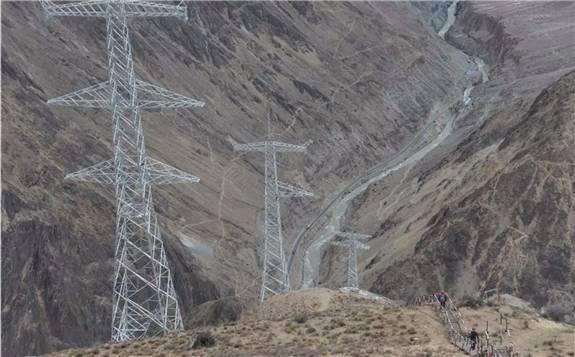 """""""电力天路""""的青藏联网工程双向累计输送电量突破90亿千瓦时"""