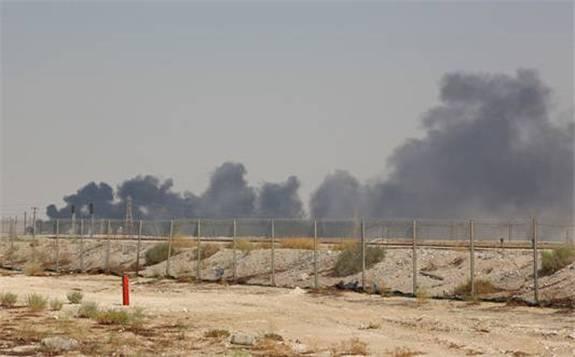 沙特两大核心石油设施遇袭,标志着地缘政治重新成为全球原油市场主导因素