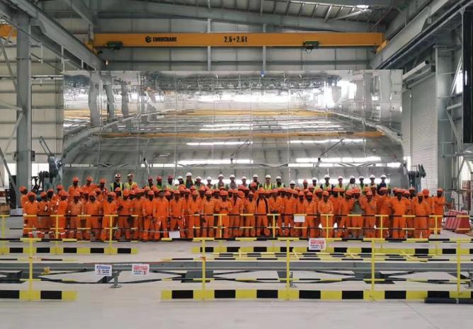 迪拜950MW光热光伏混合发电项目首台槽式集热器组装成功