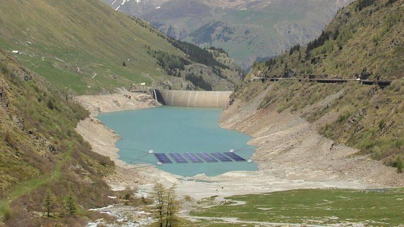 瑞士在高山水库上设置漂浮太阳能电池板