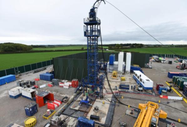 英国政府将暂停使用争议性的液体压裂法开采页岩天然气