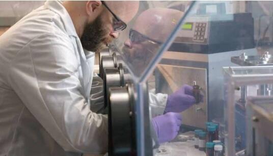 美国科学家研发新型柔性锂离子电池 可被切割但不会起火