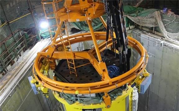"""""""华龙一号""""海外首堆K2机组一体化堆顶吊装就位"""