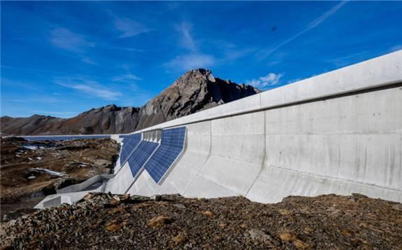 阿尔卑斯山水坝上的垂直光伏电站