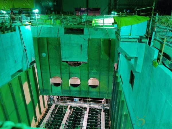 中国能建江苏电建三企业承建的卡拉奇核电K3常规岛凝汽器外壳体吊装就位