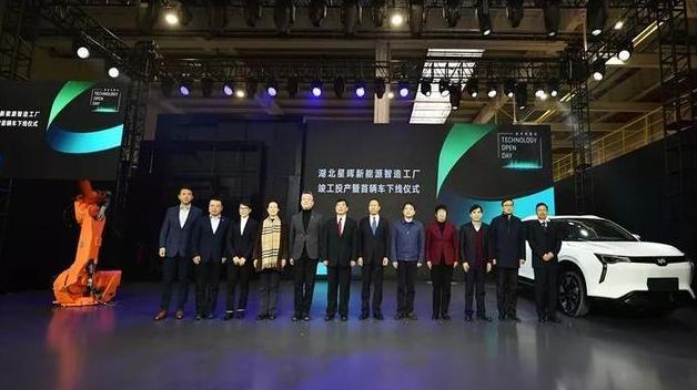 全球首台5G智能新能源汽车在中国湖北成功下线 计划2020年底开始量产交付