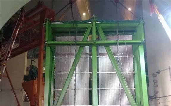 """""""华龙一号""""海外首堆K2机组非能动安全壳热量导出系统热交换器完成就位"""