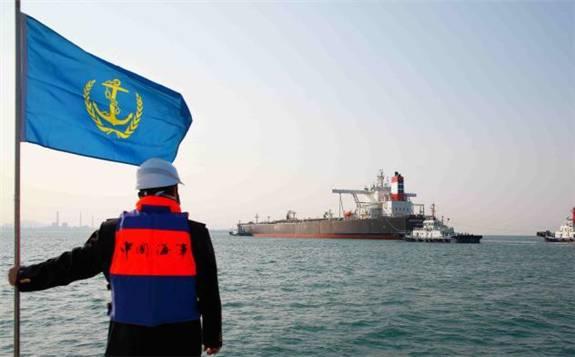 """330米超大型油輪""""優益"""" 從阿聯酋裝載23萬噸原油抵達山東青島"""