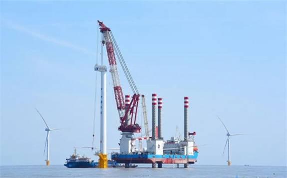 重磅!国内首座1200吨自航自升式风电安装平台首吊成功