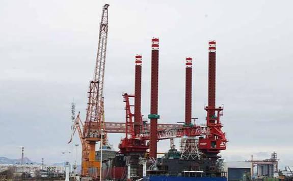 河北省首个海上风电安装平台成功下水出坞