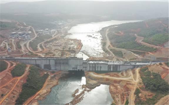 中国电建水电三局承建几内亚苏阿皮蒂水电站2号机定子顺利吊装