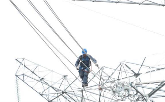 云南乌东德电站交流配套工程第一条输电线路全线贯通