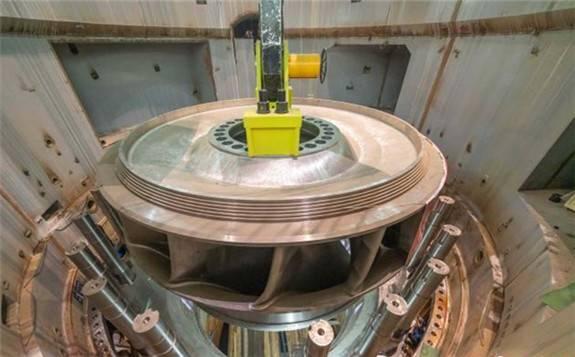 大国重器: 白鹤滩水电站首台机组转轮完成吊装