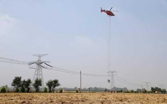 世界首次利用直升机对特高压直流线路进行带电作业!