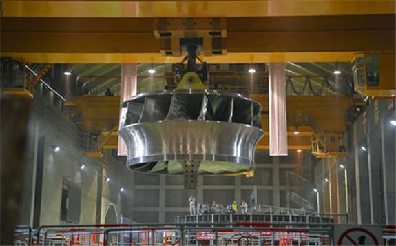 """全球首台百万千瓦水电机组""""心脏""""在1300吨桥机的牵引下成功就位"""