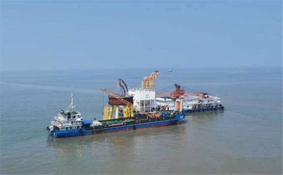国内首次!中广核岱山4#海上风电项目利用浮吊船试吊机舱轮毂成功