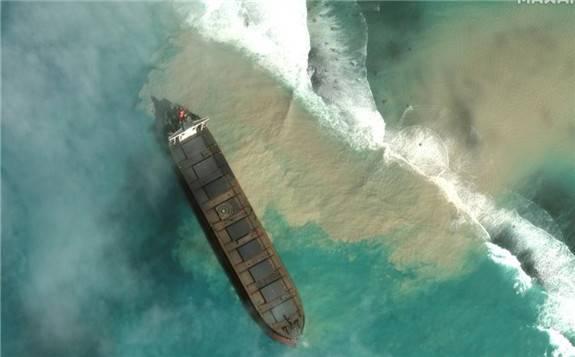 日本油轮在毛里求斯东南海域触礁后,泄露一千吨燃油