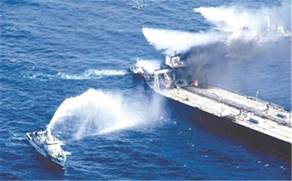 印度洋再次面临原油泄漏污染的威胁,载27万吨原油油轮起火