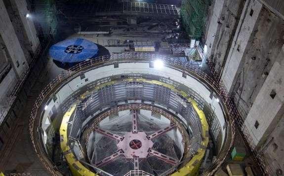 乌东德水电站3号水轮发电机组转子吊装成功
