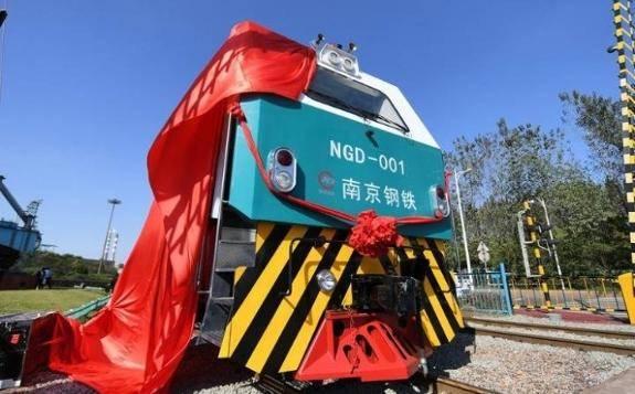 国内首辆新型智能电池组动力货运机车运行