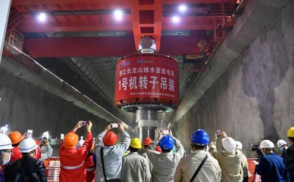 国内最高水头抽水蓄能电站首台机组转子吊装成功