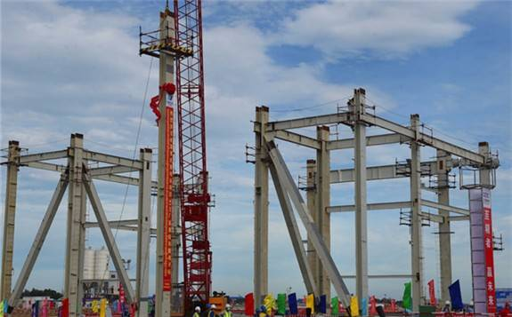中國華電柬埔寨西港火電項目主廠房鋼架正式吊裝