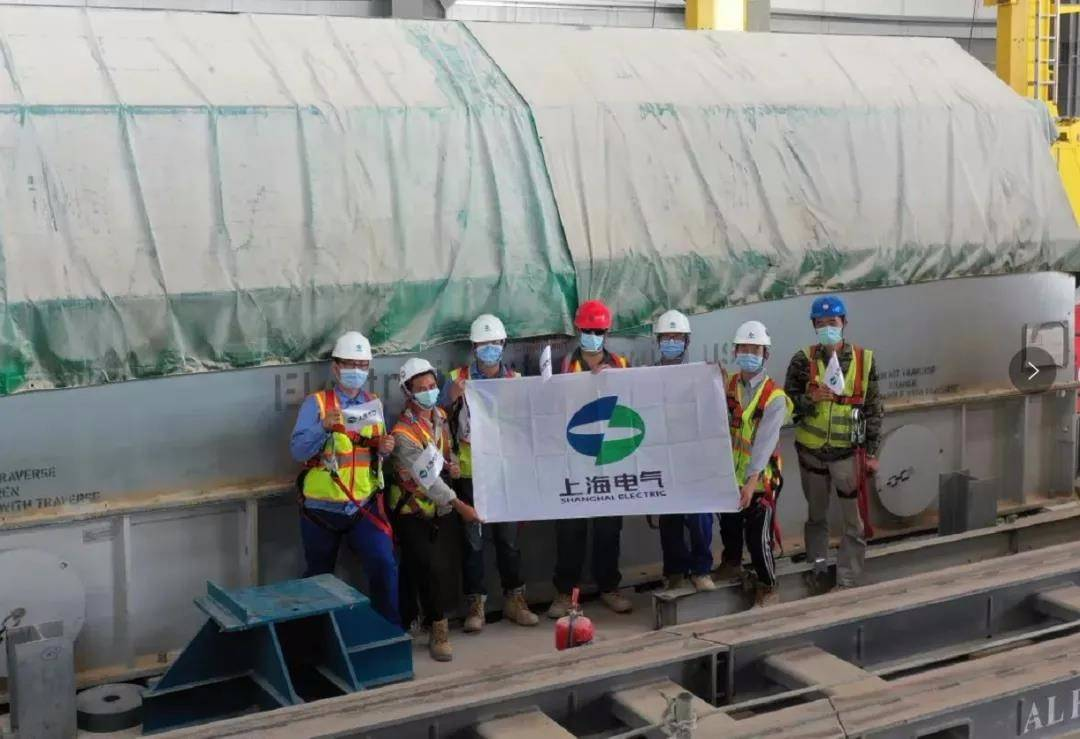 迪拜700兆瓦光热和250兆瓦光伏太阳能电站项目槽式1号机组发电机定子成功就位