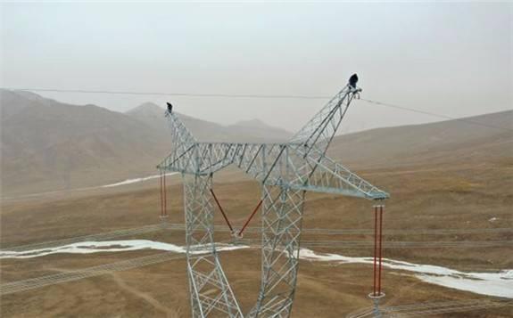 青海750千伏主电网首次建成三通道输电线路