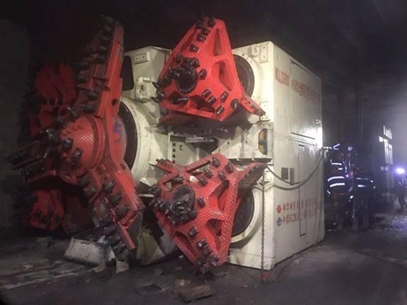 全球首创全断面矩形快速掘进机在神东煤炭集团哈拉沟矿顺利通过落差5.1米断层