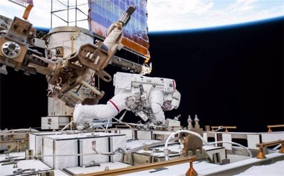 太空漫步的宇航员完成国际空间站电池升级工作
