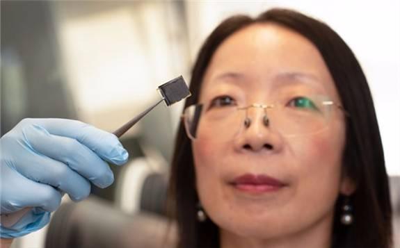 """科学家发现由头发制成的""""碳纳米点""""提高了钙钛矿太阳能电池的稳定性"""