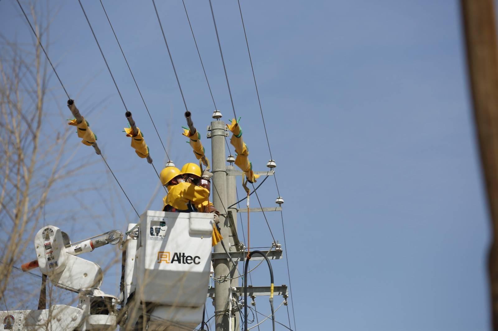 国网哈密供电公司成功实施疆内首例综合不停电更换变压器作业