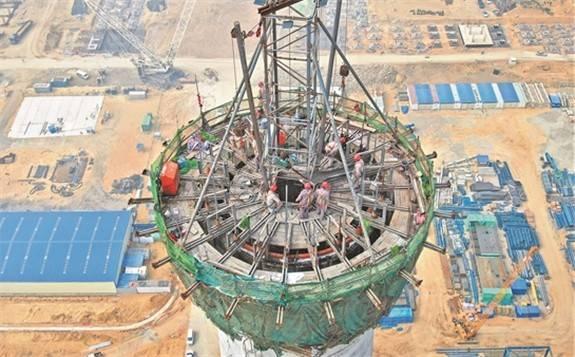廣東石化煉化4606噸抽余液塔吊裝就位 一舉刷新亞洲最重塔器吊裝紀錄