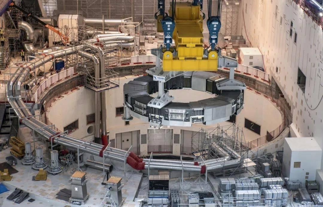 国际热核聚变实验堆(ITER)磁体安装首吊成功
