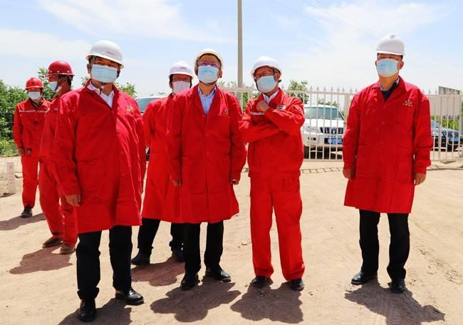 中国地质调查局油气调查中心主任张君峰一行到阿克苏中曼油气考察调研
