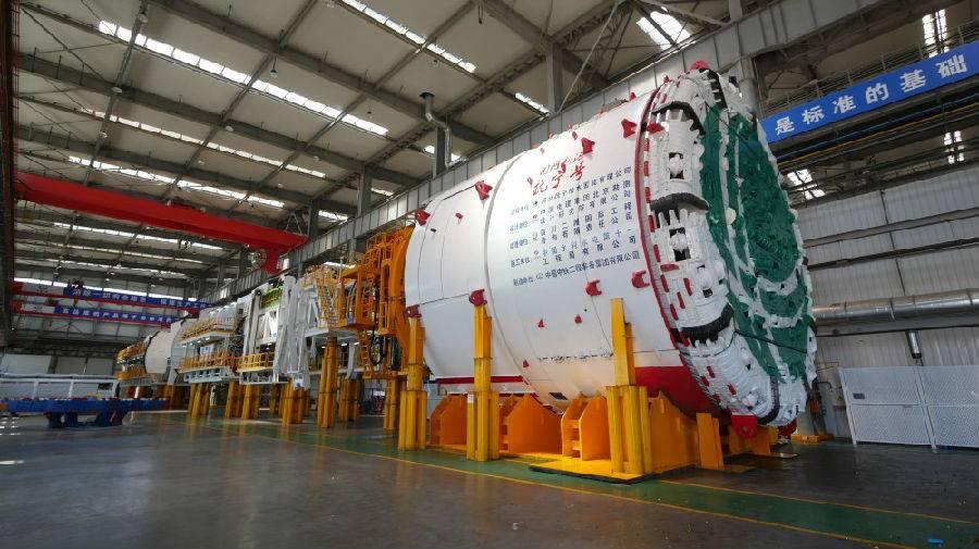 """世界首台大直径超小转弯硬岩掘进机""""抚宁号""""在天津下线"""