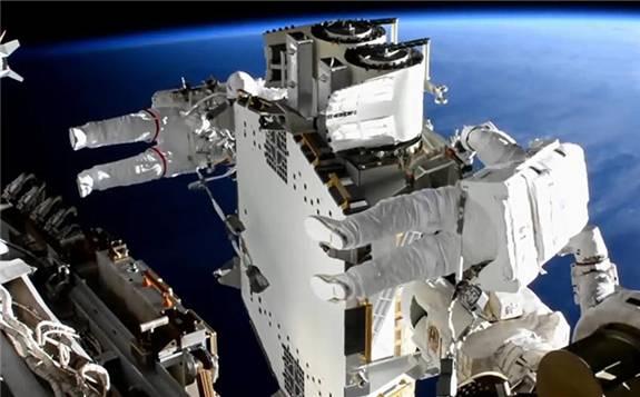 國際空間站宇航員再次進行太空行走 更換太陽能板
