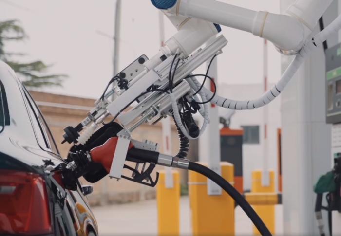 中国石化首款智能加油机器人在南宁投入试运行