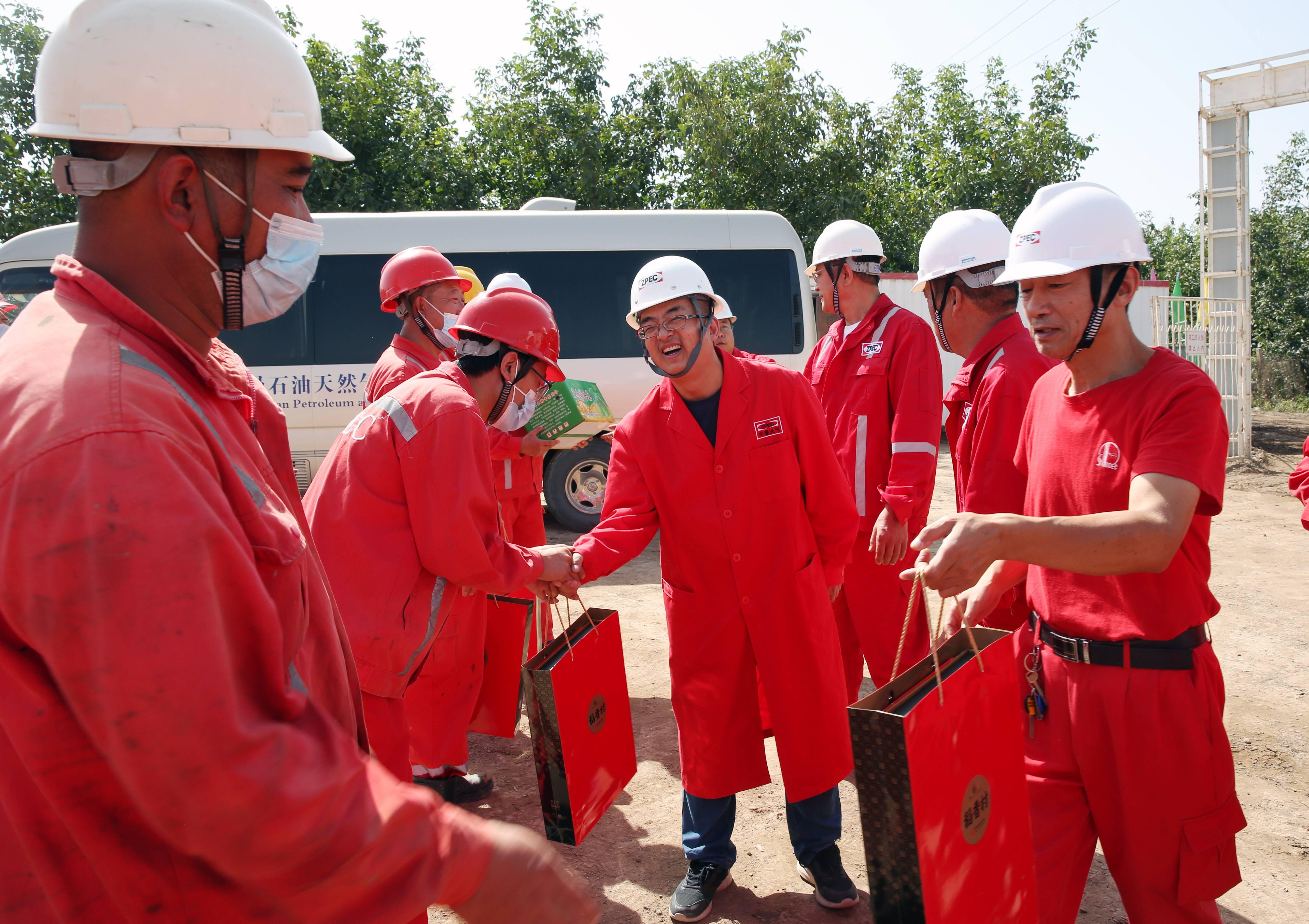 中曼集團高級副總裁姚桂成一行中秋節期間慰問奮戰在阿克蘇油田一線的干部員工